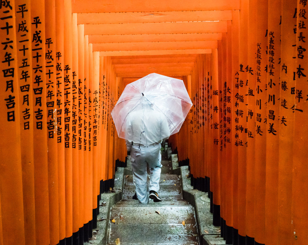 Красные тории в святилище Хиэ (Токио, Япония)