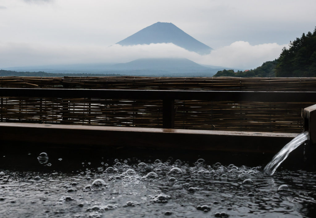 Вид на гору Фудзи из онсэна (озеро Сёдзико, Пять Озёр Фудзи)