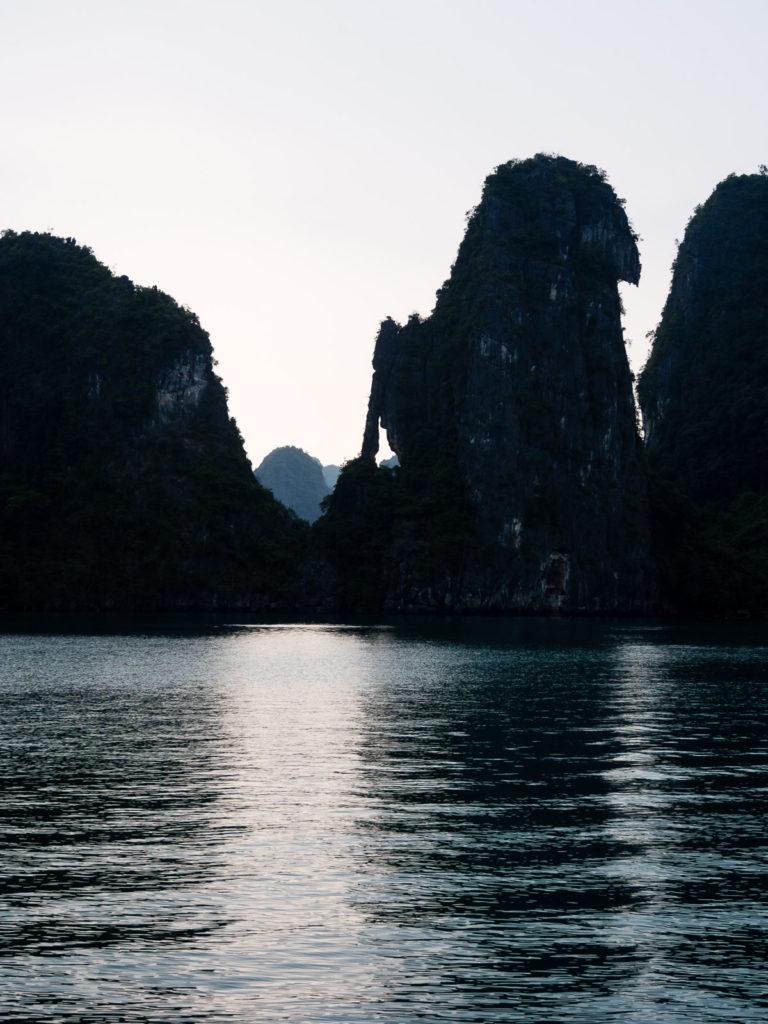 Бухта Халонг (Вьетнам) на рассвете