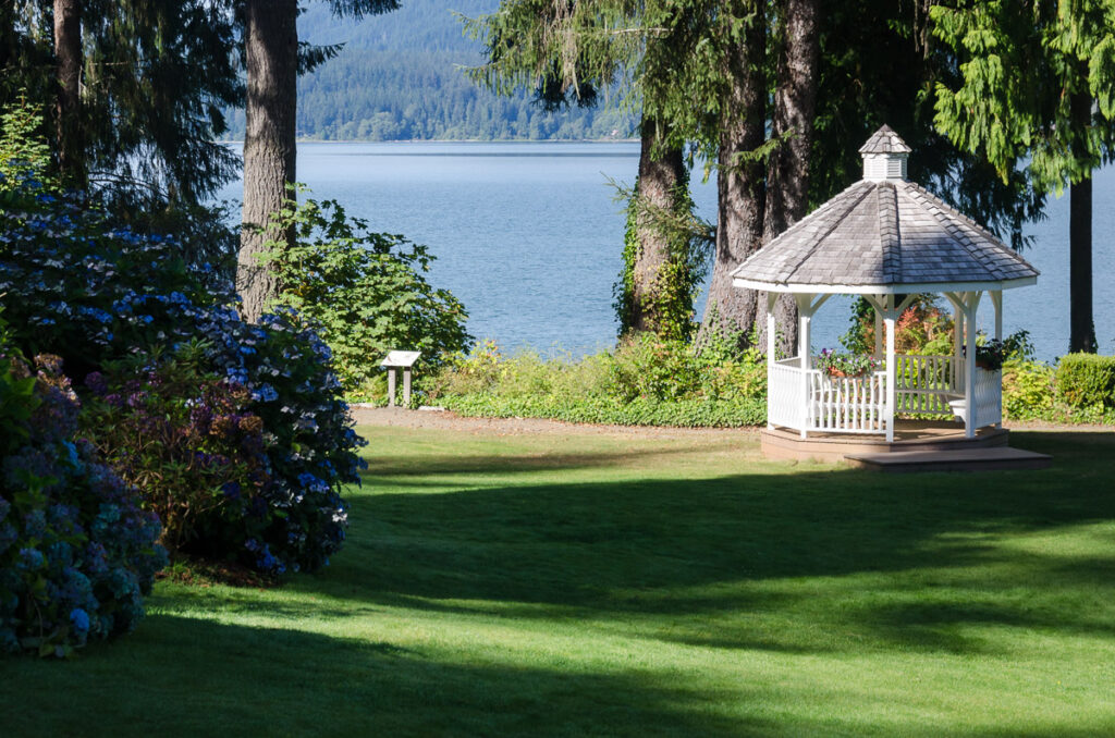 Front lawn of Lake Quinault Lodge in summer - Olympic peninsula, Washington state